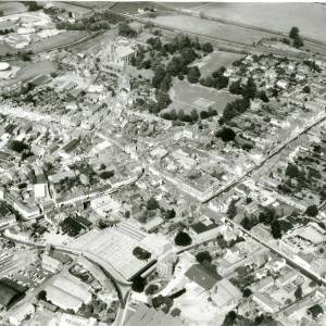 Li15106 Herefordshire - Aerial photo of Leominster 1969 - Priory Church, The Priory, Cattle Market, Gas Works.jpg