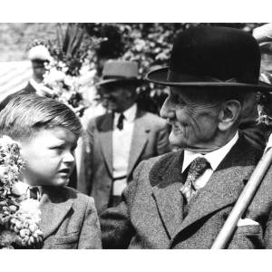 Mr E.Fortescue (aged 88) talks to five year old David Gilbert in 1955. Mr Fortescue had walked every procession since it's inception.