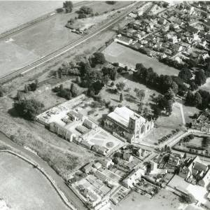 Li15104 Herefordshire - Aerial photo of Leominster 1969 - Priory Church, Railway.jpg